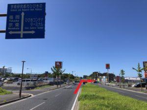 【ひびきの南1丁目】交差点を「ひびきコンテナターミナル」方面へ右折。(目印は、左手にホームセンター「ナフコ」・右手にドラッグストア「コスモス」があります。