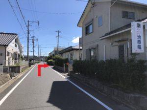 50メートル程進むと右手に「剛治療院」があり、その一つ先を右折。(コメダ珈琲から三つ目を右折)